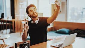 Freelancer maakt Selfie terwijl het Werken op het Werk royalty-vrije stock foto