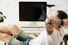 Freelancer med många hobbyer som arbetar den hemmastadda uppsättningen Royaltyfri Fotografi