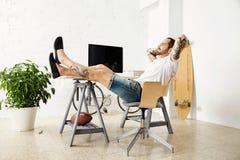 Freelancer med många hobbyer som arbetar den hemmastadda uppsättningen Arkivbild