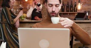 Freelancer novo da hippie que trabalha em um café do vintage video estoque