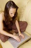 Freelancer novo que trabalha em casa Fotos de Stock