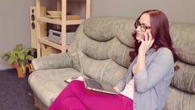 Freelancer obsiadania czerwona z włosami żeńska kanapa, działanie i odpowiadanie oh, dzwonimy zdjęcie wideo