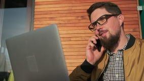 Freelancer opowiada na telefonie zbiory