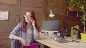 Freelancer piękna kobieta w glasse ma rozmowę telefoniczną zdjęcie wideo