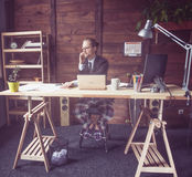 Freelancer pracuje daleko od domu zdjęcia stock