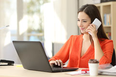Freelancer pracuje na laptopie i telefonie Obrazy Stock