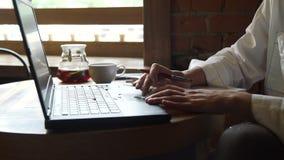 Freelancer Pracuje na laptopie w kawiarni zdjęcie wideo