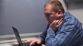 Freelancer pracuje z komputerem na pociągu zbiory