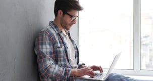 Freelancer que datilografa no portátil