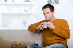 Freelancer que goza del olor del café imagenes de archivo