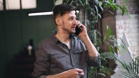 Freelancer que habla en Smartphone almacen de video