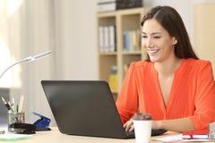 Freelancer que trabaja con un ordenador portátil Fotografía de archivo libre de regalías