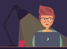 Freelancer som arbetar på nattbegreppet Royaltyfria Bilder