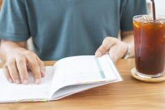 Freelancer sprawdza jego rozkład i pije lodową kawę Zdjęcie Royalty Free