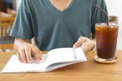 Freelancer sprawdza rozkład i pije lodową kawę Obrazy Stock