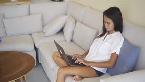 Freelancer tailand?s hermoso de la mujer que trabaja con el ordenador port?til en casa almacen de video