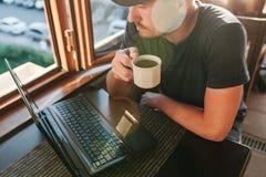 Freelancer turístico de sexo masculino joven del blogger que trabaja en el ordenador portátil Fotografía de archivo libre de regalías