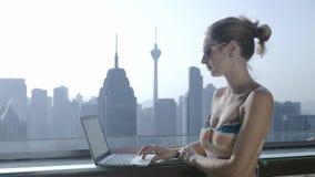 Freelancer używa laptop na nowożytnym miasta tle podczas wakacje zbiory
