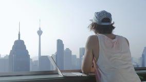 Freelancer używa laptop na nowożytnym miasta tle podczas wakacje zbiory wideo