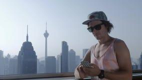 Freelancer używa smartphone na nowożytnym miasta tle zbiory wideo