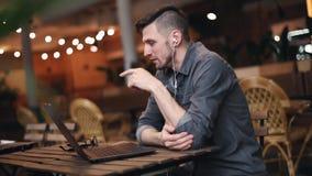 Freelancer usando el ordenador portátil almacen de metraje de vídeo