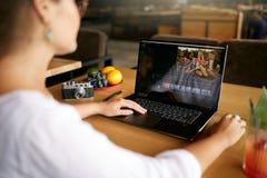 Freelancer wideo redaktor pracuje przy laptopem z filmu edytorstwa oprogramowaniem Videographer vlogger lub blogger kamera obrazy stock
