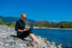 Freelancer z laptopem na naturze Blogger modnisia podróżnika biznesowej damy ładna dziewczyna pracuje plenerowego Młoda blond obraz stock