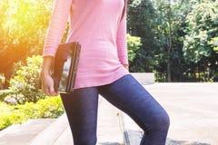 Freelanceren eller affärskvinnan för ung kvinna räcker den hållande anteckningsboken, Royaltyfria Foton