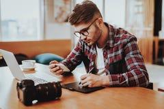 Freelancergebruik Smartphone en het Werken aan Laptop stock afbeeldingen