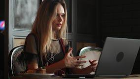 Freelancerkvinnan som arbetar med en bärbar dator i en coffee shop, stänger sig upp sikt arkivfilmer