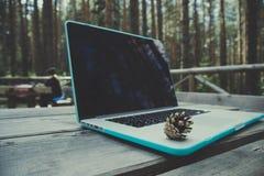 Freelancerlaptop computer in het bos op houten geweven Royalty-vrije Stock Fotografie