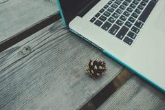 Freelancerlaptop computer in het bos op houten geweven Royalty-vrije Stock Foto