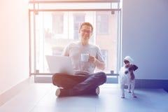 Freelancermens die laptop computer en kop van koffie gebruiken Stock Foto