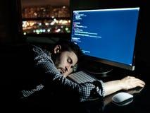 Freelancerprogrammerare som faller hans framsida som tar ner en ta sig en tupplur Fotografering för Bildbyråer