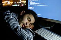 Freelancerprogrammerare som faller hans framsida som tar ner en ta sig en tupplur Arkivfoton