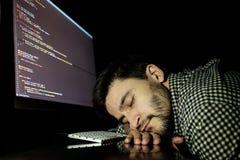 Freelancerprogrammerare som faller hans framsida som tar ner en ta sig en tupplur Royaltyfri Fotografi