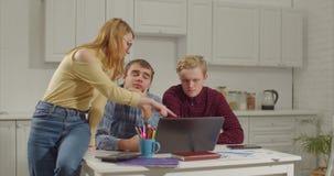 Freelancers con el funcionamiento del ordenador portátil de Ministerio del Interior almacen de video