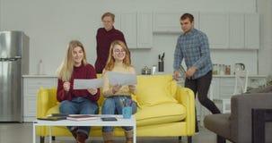 Freelancers die creatieve oplossingen voor project vinden stock videobeelden