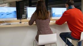 Freelancers en el trabajo en oficina metrajes