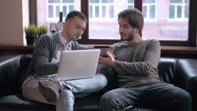 Freelancers jovenes que trabajan en la oficina moderna Businessmans con los dispositivos, el ordenador portátil y la tableta en c metrajes