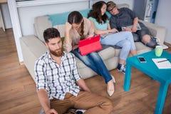Freelancers novos deprimidos que experimentam as desvantagens da atividade não assalariada Foto de Stock