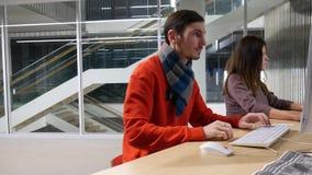 Freelancers på arbete i regeringsställning lager videofilmer