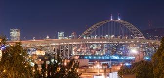 Freemont mosta noc Zaświeca Portlandzkiego Oregon W centrum miasto Skyli fotografia royalty free