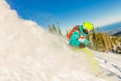 Freeride挡雪板滑下来一个陡坡在黎明 免版税库存照片