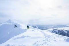 Freeride backcountry die snowboarder op de sleep op bergrand met sneeuwpoeder wordt behandeld Royalty-vrije Stock Foto's