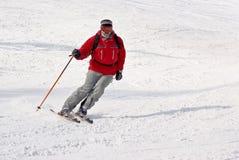 Freeride del hombre del esquiador de Alpen en centro turístico del invierno Foto de archivo