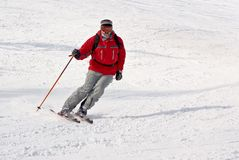 Freeride dell'uomo dello sciatore di Alpen sul ricorso di inverno Fotografia Stock