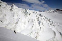 Freeride do Snowboard nas montanhas altas foto de stock royalty free