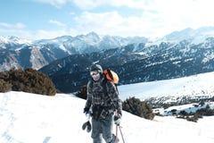 Freeride esquia sol de aumentação retroiluminado subida fotografia de stock royalty free
