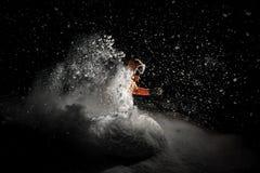 Freeride snowboarder doskakiwanie w śniegu przy nocą Zdjęcia Stock